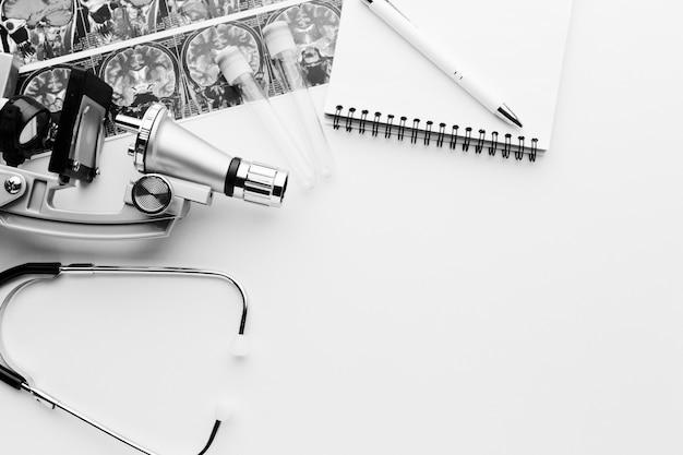 Черно-белые медицинские инструменты и блокнот Бесплатные Фотографии