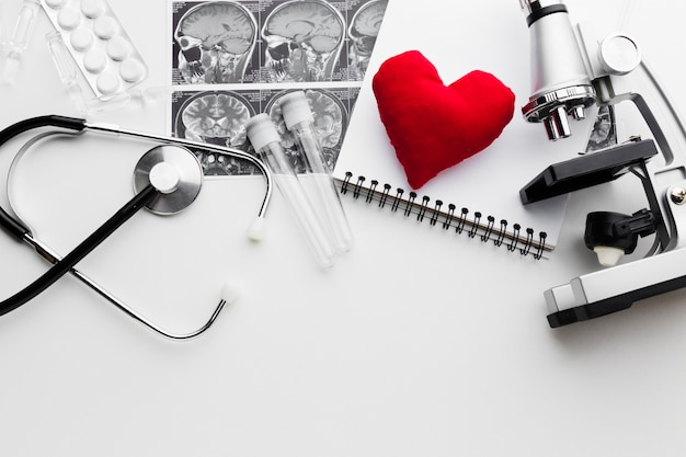 Черно-белые медицинские инструменты и красное сердце Бесплатные Фотографии