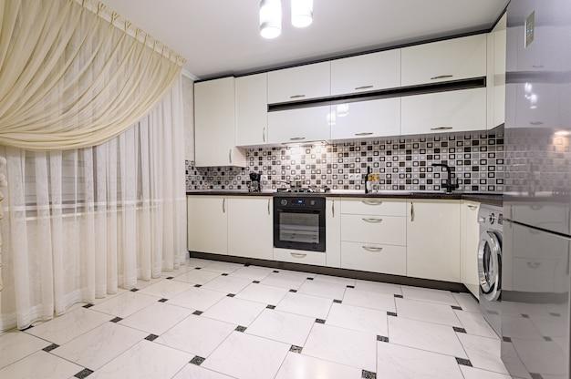 Черно-белый современный интерьер кухни Premium Фотографии