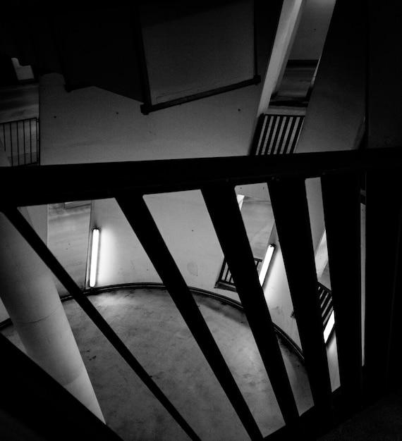 円形の部屋の白黒写真 無料写真