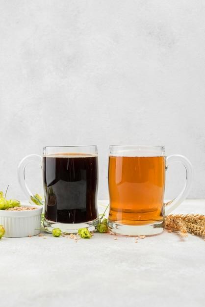 Arrangiamento di birra nera e bionda Foto Gratuite