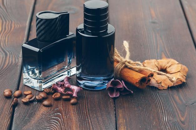 Черная бутылка духов на деревянном столе Premium Фотографии