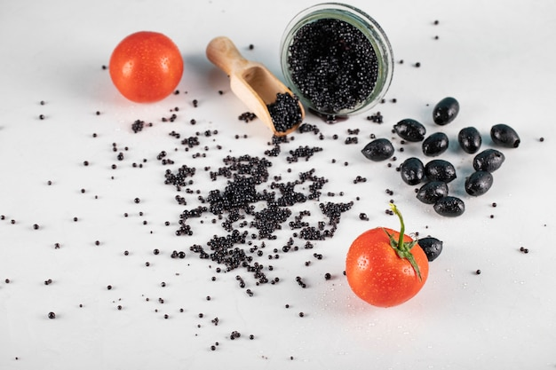 Caviale nero con olive nere e pomodori Foto Gratuite