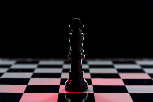 チェスのテーブルに黒のチェスの女王 Premium写真