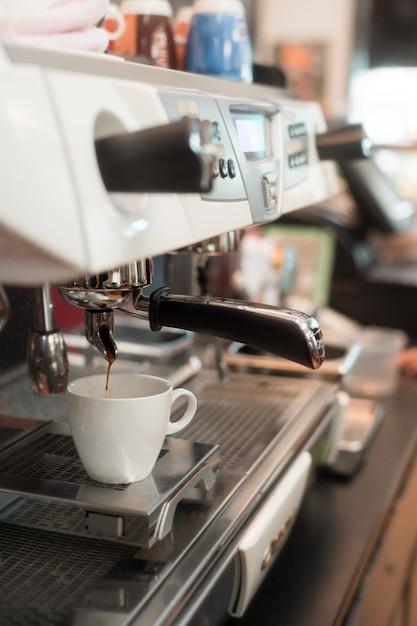 Черный кофе утром на кофеварке Premium Фотографии