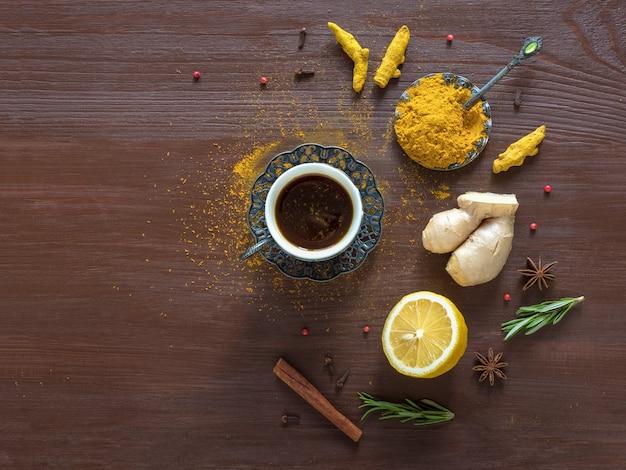 ターメリック、シナモン、生姜、レモン、コショウのブラックコーヒー Premium写真