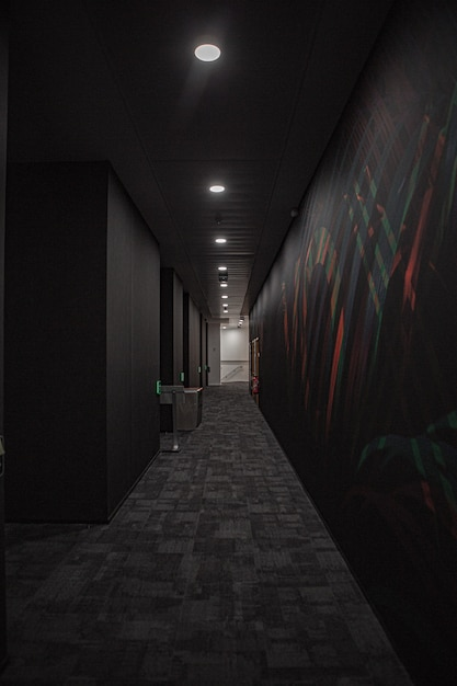 Corridoio nero con luci bianche Foto Gratuite
