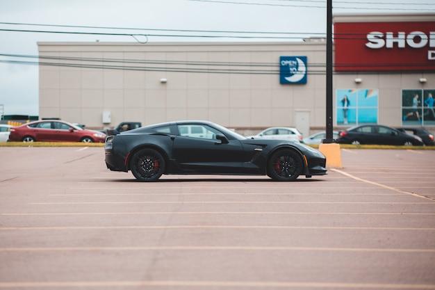 Auto coupé nera nel parcheggio Foto Gratuite