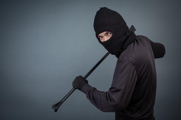 I criminali neri indossavano un capo filato su grigio Foto Gratuite