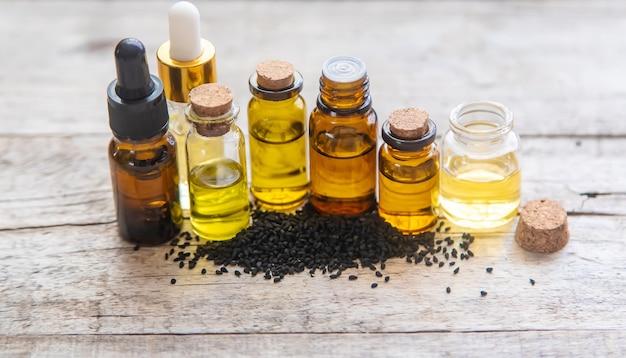 小瓶に入ったブラッククミンエッセンシャルオイル。セレクティブフォーカス。自然。 Premium写真