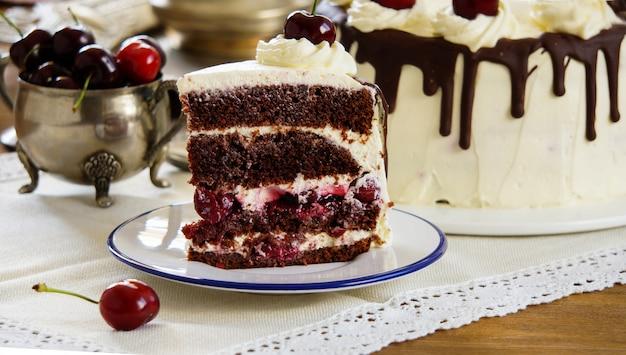 黒い森のケーキ、シュヴァルツヴァルダーキルシュトルテ、ダークチョコレート、チェリーデザート Premium写真