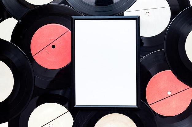 Черная рамка для фотографий на виниловых пластинках. Premium Фотографии