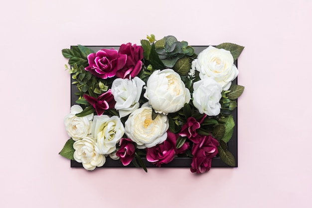 美しい色とりどりの花でいっぱいの黒いフレーム 無料写真