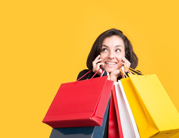 ショッピングバッグで覆われているブラックフライデーセールモデル 無料写真
