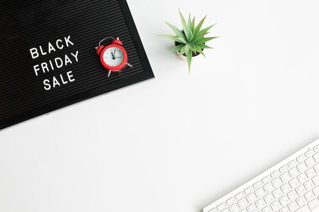 Черная пятница распродажа на доске с часами Premium Фотографии