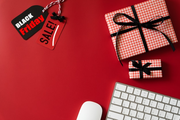 Black friday sale text on tag with keyboard and gift box Premium Photo