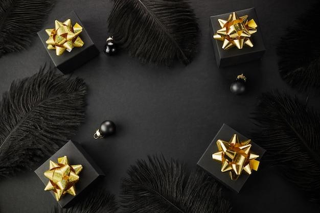 검은 금요일 슈퍼 판매 배경. 골든 리본 블랙 선물 상자 프리미엄 사진