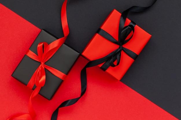 검은 색과 빨간색 배경에 검은 색 선물 상자와 빨간색 선물 상자 프리미엄 사진