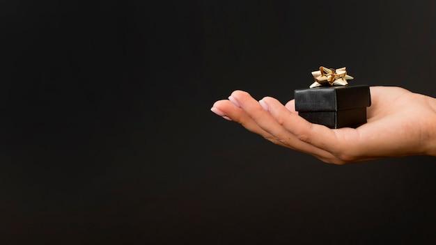 ゴールデンリボンと黒のギフトボックス 無料写真
