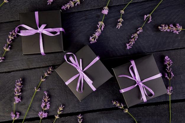 Black gift box with violet ribbon Premium Photo