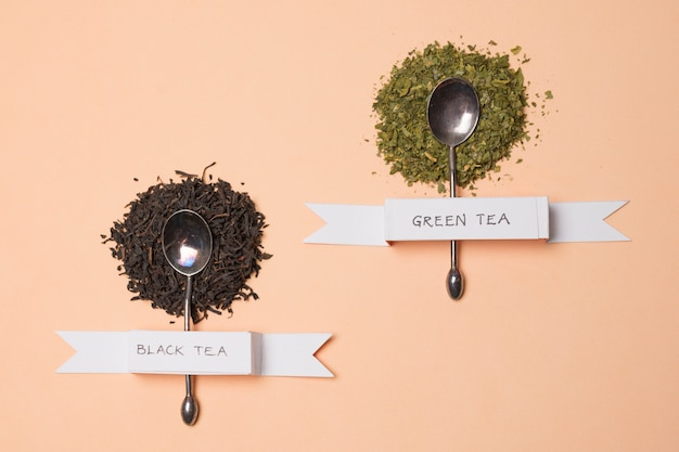 Black and green herbal tea label on herbs over the peach backdrop Free Photo