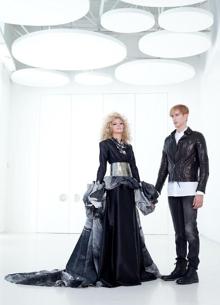 Black haute couture ретро пара футурист в современном белом зале с вампирским вдохновением Premium Фотографии
