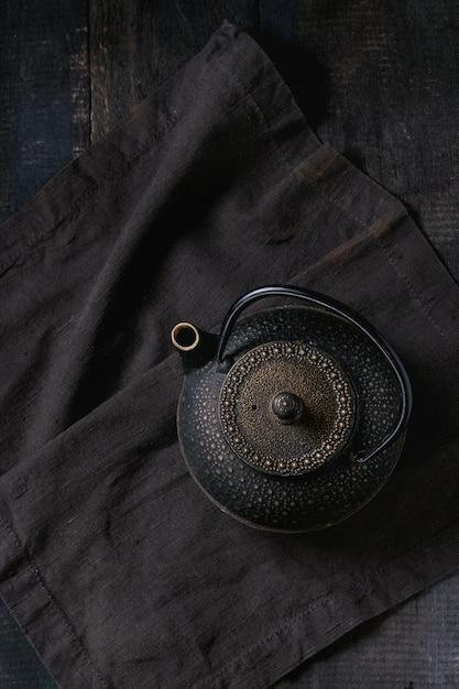 Black iron teapot Premium Photo