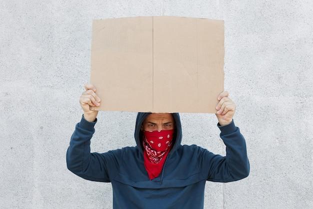 黒人の生活が重要です。抗議者の写真は碑文のためのスペースが付いているプラカードを運ぶ 無料写真