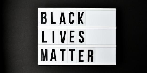 Черный жизнь имеет значение текст на черном Premium Фотографии