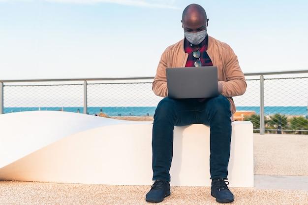 """Résultat de recherche d'images pour """"African working with face mask"""""""