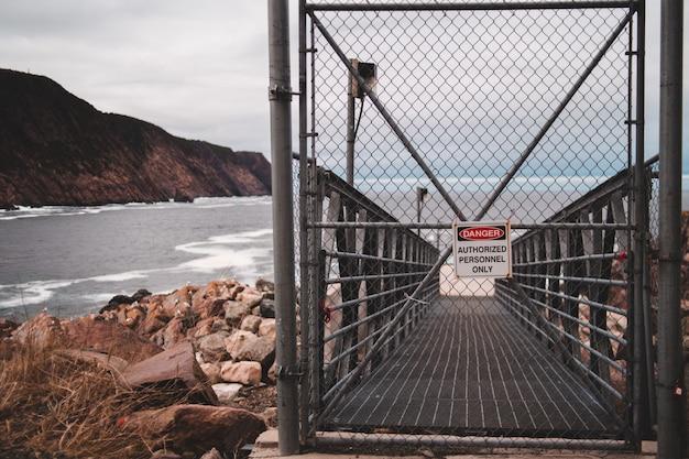 黒い金属の門が閉まっている 無料写真