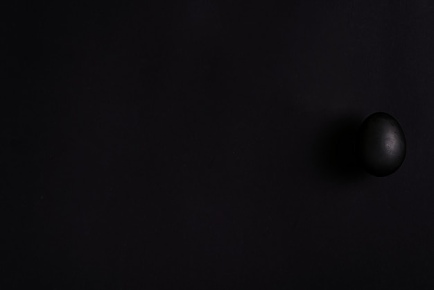 黒の背景に黒塗装卵装飾 Premium写真