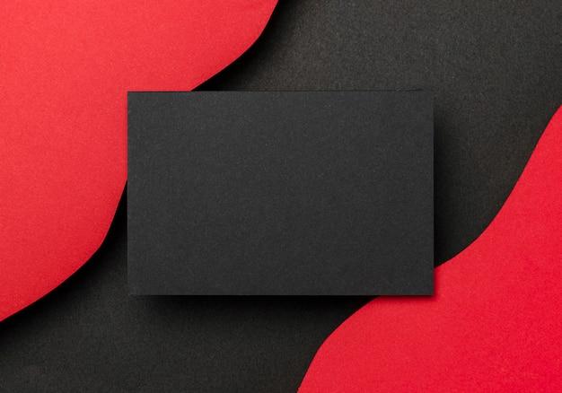 黒い紙と赤い背景の波状レイヤー Premium写真