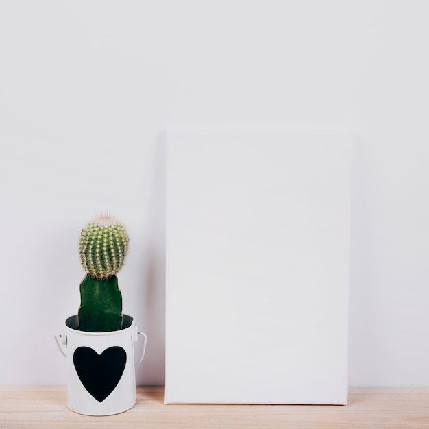 Black placard with succulent plant with heartshape on pot Free Photo
