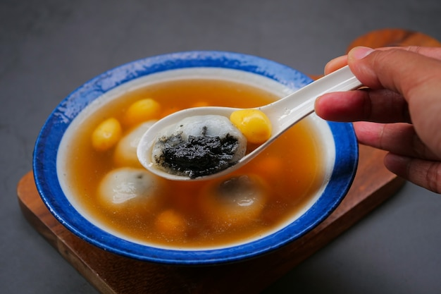 Black sesame dumplings in ginger tea Premium Photo