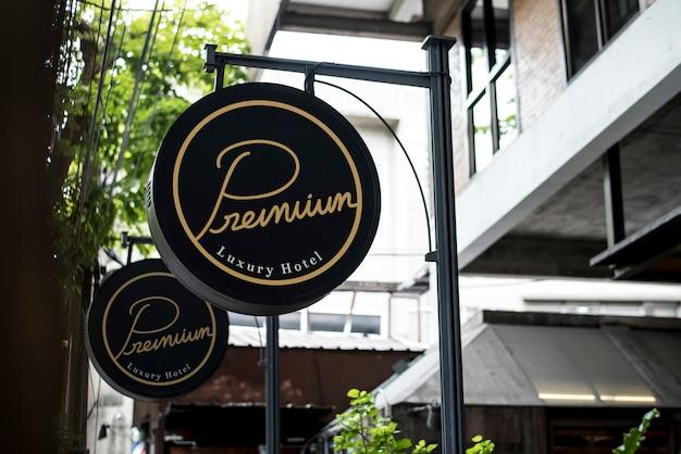 レストランのモックアップの外側の黒い看板 Premium写真