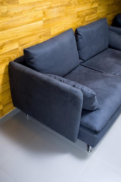 Черный диван у стены Premium Фотографии