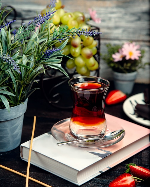 Black tea in armudu glass on the table Free Photo