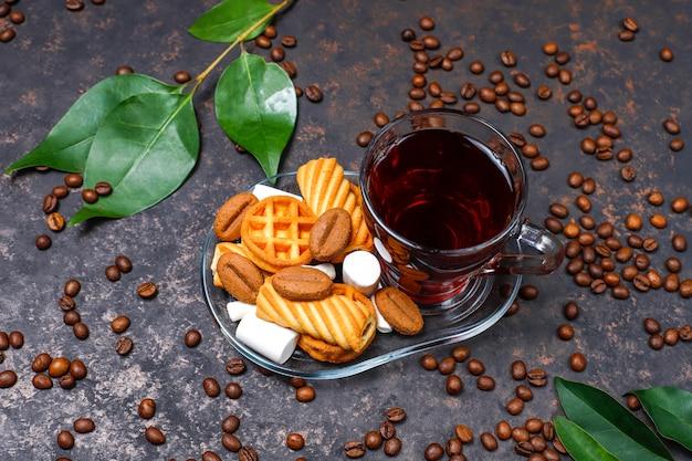 テーブルの上のお菓子とガラスのコップの紅茶 無料写真
