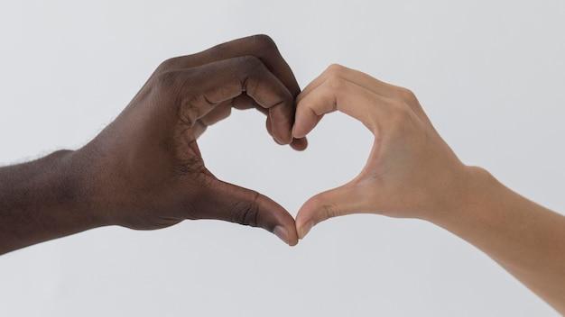 Mani in bianco e nero a forma di cuore Foto Gratuite