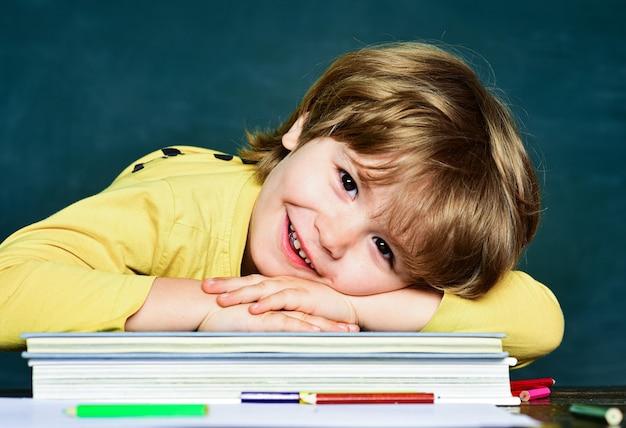 Фон доски. доска копией пространства. первый школьный день. счастливое настроение широко улыбается в школе Premium Фотографии