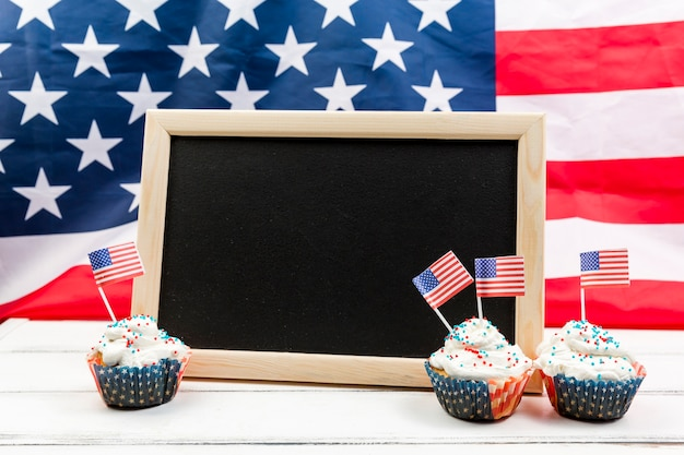 Blackboard and cakes for independence day Free Photo