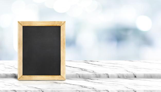 병원에서 의사를 기다리는 흐림 환자와 단계 흰색 대리석 테이블 위에 칠판 프리미엄 사진