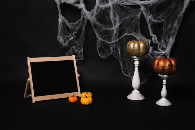 Lavagna e zucche vicino a candele e web Foto Gratuite
