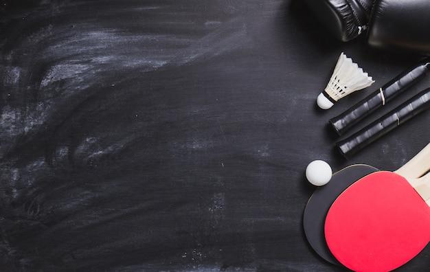 Blackboard фон с пинг-понг ракетки и мяч Бесплатные Фотографии