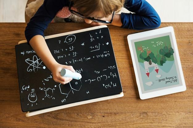 Маленькая девочка, написание концепции blackboard Premium Фотографии