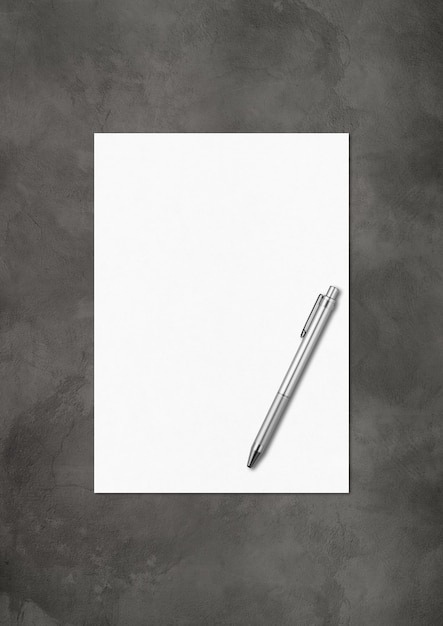 어두운 콘크리트 배경에 고립 된 빈 A4 용지 및 펜 모형 템플릿 프리미엄 사진