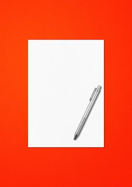 빨간색 배경에 고립 된 빈 A4 용지 및 펜 모형 템플릿 프리미엄 사진