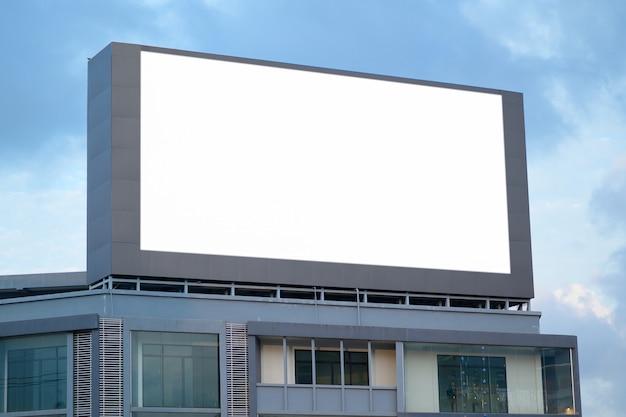Пустой рекламный щит на дороге Premium Фотографии