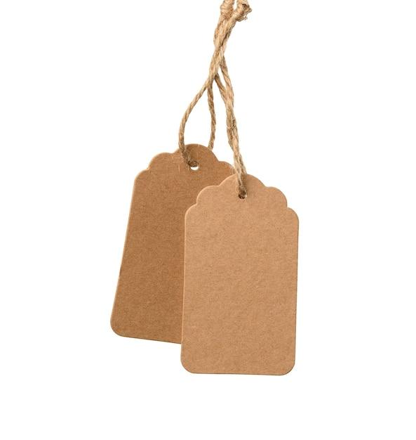 Пустая коричневая прямоугольная коричневая бумажная бирка на веревке, изолированной на белом фоне, шаблон для цены, скидки Premium Фотографии